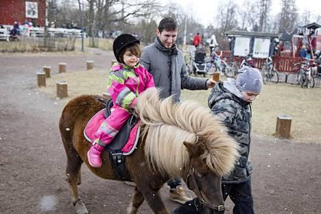 Haikku Aliu seurasi, kun kolmivuotias Nejla Aliu otti kotieläintilan pihalla tuntumaa poniratsastukseen.