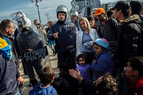 Kreikan mellakkapoliisi oli vastassa maahan tulijoita Lesboksen saaren satamassa tiistaina.