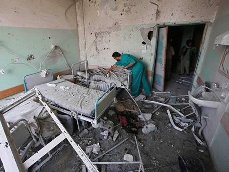Lääkäri tarkisti vaurioita, joita Israelin isku al-Aqsan sairaalaan aiheutti maanantaina Gazassa.