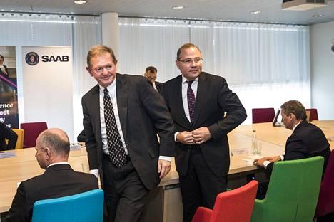 Saabin hallituksen puheenjohtaja Marcus Wallenberg (vas.) ja Saabin toimitusjohtaja Håkan Buskhe Espoon Aalto-yliopistossa viime keväänä.