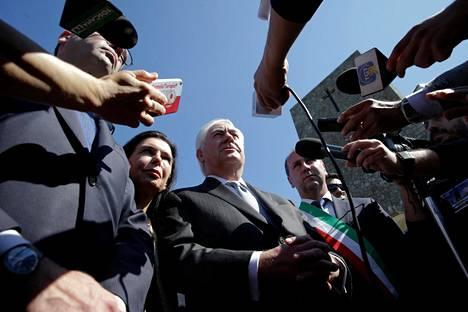 Toimittajat ympäröivät Yhdysvaltain ulkoministerin Rex Tillersonin Italiassa maanantaina.
