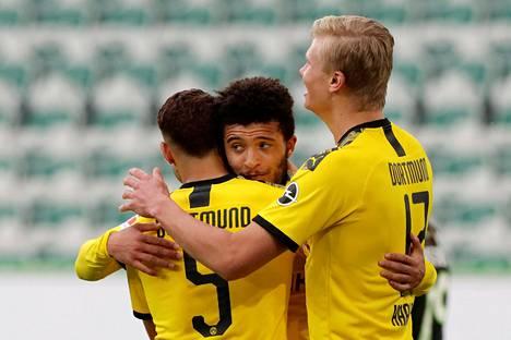 Dortmundin Achraf Hakimi (vas.) juhli maaliaan Jadon Sanchon ja Erling Braut Haalandin kanssa.