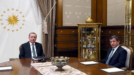 Turkin presidentti Recep Tayyip Erdogan ja pääministeri Ahmet Davutoglu keskustelivat keskiviikkona puolitoista tuntia. Tapaamisen jälkeen tuli tieto mahdollisesta ylimääräisestä puoluekokouksesta.