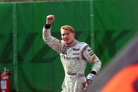 Mika Häkkinen tuulettaa Suzukassa 1998.