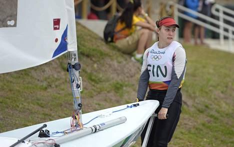 Tuula Tenkanen on purjehtinut sijat neljä ja 16. Kokonaiskilpailussa hän on yhdeksäs.