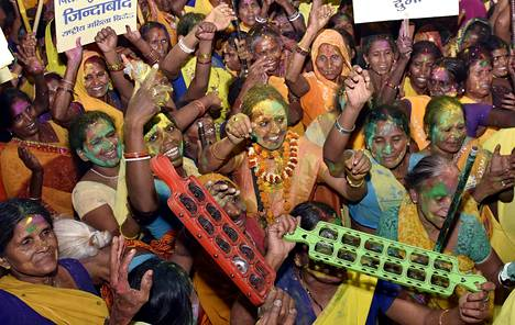 Naiset juhlivat alkoholilakien kiristämistä Biharin kaduilla 1. huhtikuuta. Köyhässä osavaltiossa poikkeuksellisen moni mies kärsii alkoholismista.