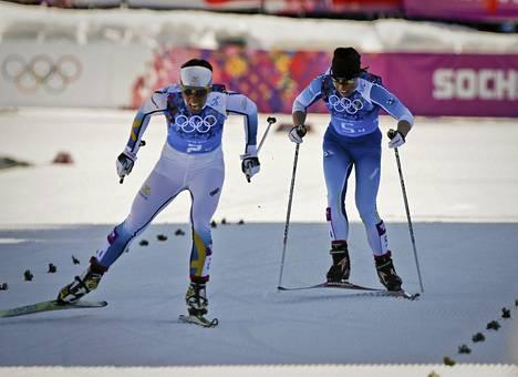 Charlotte Kalla pesi olympiaviestin loppusuoralla Krista Lähteenmäen. Ruotsi voitti kultaa Suomi jäi hopealle.