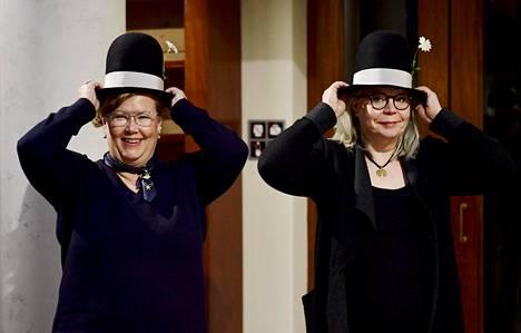 Tiina Paju (oik.) ja Sari Luhtanen saivat Puupäähatut Helsingissä torstaina.