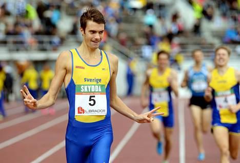 Johan Rogerstedt juhli voittoa 1500 metrillä.