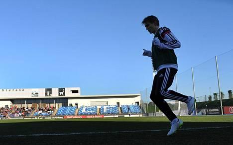 Martin Ødegaard lämmitteli Real Madridin reservijoukkueen ottelun aikana Estadio Alfredo di Stéfanolla vuonna 2015.