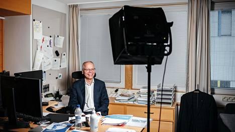 Husin toimitusjohtaja Juha Tuominen työhuoneessaan Meilahdessa. Tuomisen työhuoneessa on led-valo koronaviruksen myötä lisääntyneiden videokokousten takia.