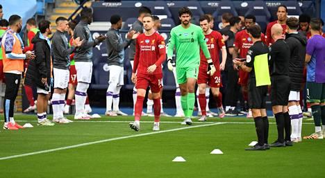 Valioliigan voittava Liverpool saapui torstain myöhäisillan otteluun Manchester Cityn pelaajien tekemää kunniakujaa pitkin. Kentällä kyyti oli kylmää: City voitti 4–0.