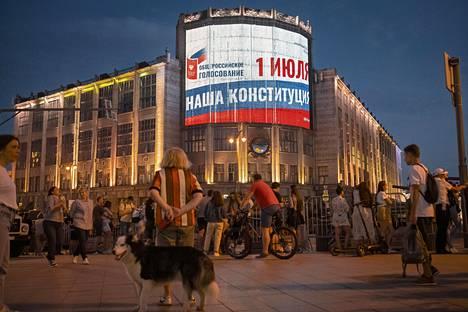Perustuslakiäänestyksen mainoksia on paljon Moskovan keskustassa. Kuva pääkatu Tverskajalta.