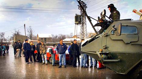 Suomalaisen henkilötiedustelun juuret ulottuvat Balkanin rauhanturvaoperaatioihin. Kuvassa suomalaisia Kfor-joukkoja Kosovossa vuonna 2001.