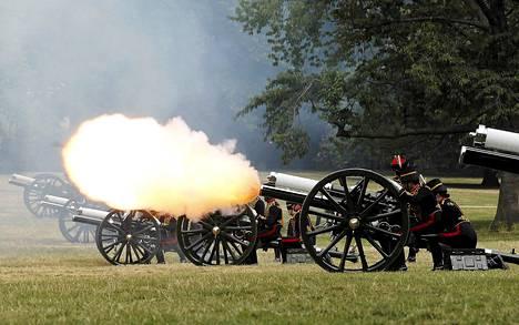 Kuninkaallinen ratsuarmeija ampui tykeillä prinssin syntymän kunniaksi Lontoon Green Parkissa tiistaina.
