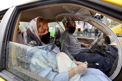 Taksinkuljettajan suojaratkaisu Iranin pääkaupungissa Teheranissa. Iranissa on kuollut virallisesti hieman yli 6000 ihmistä koronaviruksen aiheuttamaan covid-19-tautiin, mutta maan lukuja pidetään hyvin epäluotettavina.