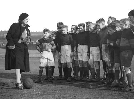 Tädeistä voitaisiin tehdä vaikka jalkapallovalmentajia. Tämä täti, opettaja B. Casey, valmensi St Williamsin koulun poikia Englannissa. Pojat voittivat useimmat pelinsä.
