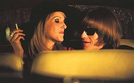 Leo Gregory on Rollareiden Brian Jones ja Monet Mazur hänen tyttöystävänsä Anita Pallenberg elokuvassa Stoned.