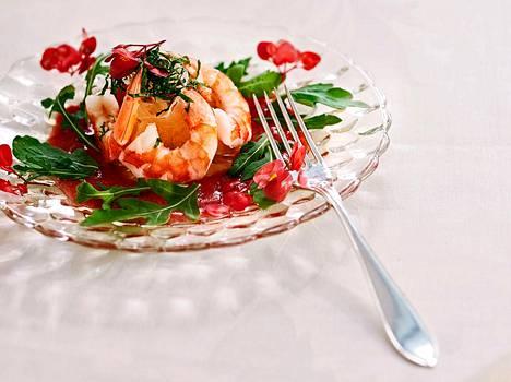Kukat lautasella ovat syötäviä begonian terälehtiä, joita myydään Yhdysvalloissa – kumma kyllä – nimellä apple blossoms, omenankukat.