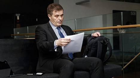 poliiseja syytetään muun muassa kokoomuksen Kari Tolvasen kunnian loukkaamisesta.