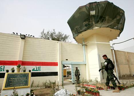 Irakilaissotilas kulki uusitun vartiotornin ali Abu Ghraibissa vuonna 2009.