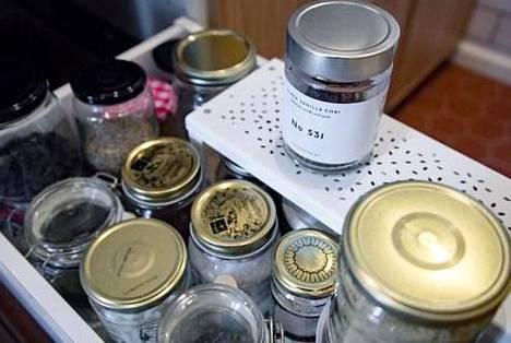 Kuiva-aineita voi säilyttää lasipurkeissa.