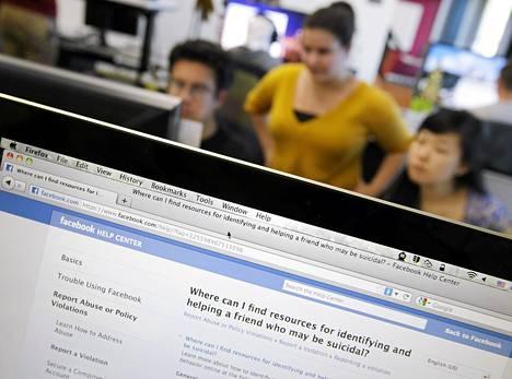 Facebookin työntekijät tutkivat itsemurhien ennaltaehkäisyyn tarkoitettua sovellusta Menlo Parkissa Kaliforniassa tiistaina.