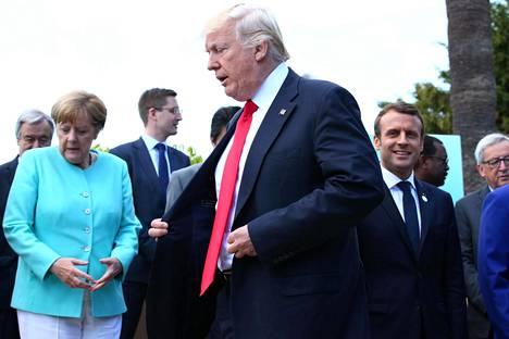 Saksan Angela Merkel, Yhdysvaltojen Donald Trump ja Ranskan Emmanuel Macron kokoontuivat lauantaina muiden G7-johtajien kanssa yhteiskuvaan Taorminassa Sisiliassa.
