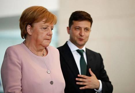 Saksan liittokansleri Angela Merkel ja Ukrainan presidentti Volodymyr Zelenskyi lehdistötilaisuudessa Berliinissä tiistaina.
