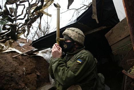 Ukrainalainen sotilas oli vartiossa Marinkassa Donetskissa maanantaina.
