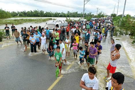 Hirmumyrsky Narin aiheuttamat tulvavedet katkaisi liikenteen Manilan pohjois-osassa Filippiineillä lauantaina.