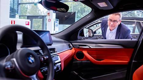 BMW:n myynti on noussut tänä vuonna markkinan yleistä suuntaa vastaan. Jerry Ala-Leppilampi myy BMW:tä Herttoniemen Laakkosella.