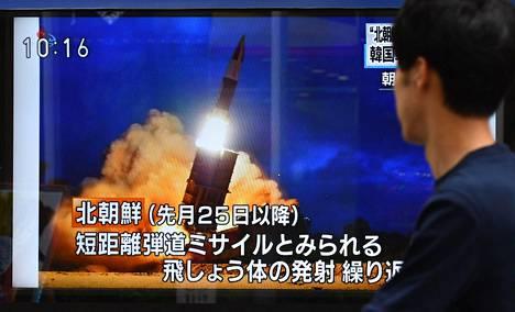 Jalankulkija seuraa Tokiossa Japanissa televisiouutisia, joissa kerrottiin Pohjois-Korean asekokeista.