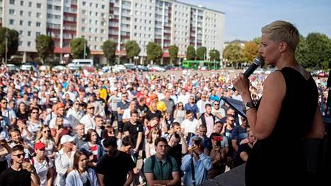 Valko-Venäjän mielenosoitusliikehdinnän tähdeksi noussut Marya Kalesnikava puhui tiistaina lannoiteyhtiö Belaruskalin lakkoileville työntekijöille Salihorskin keskusaukiolla.