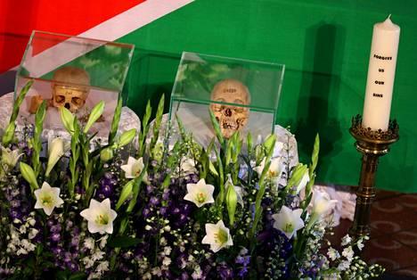 Jäännökset luovutettiin Namibian viranomaisille keskiviikkona. Seremonia pidettiin berliiniläisessä kirkossa, jossa kaksi kalloa oli asetettu esille lasisiin laatikoihin alttarin eteen. Jäännökset on tarkoitus kuljettaa Namibiaan perjantaina.