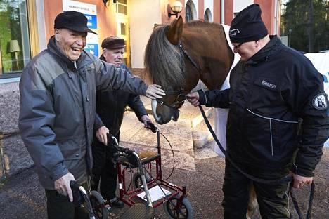 Bruuno Averla (vas.) ja Joel Vesalainen tapasivat Kaunialan sairaalan pihalla Kiripassi-suomenhevosen ja hevosmies Petri Nykäsen.