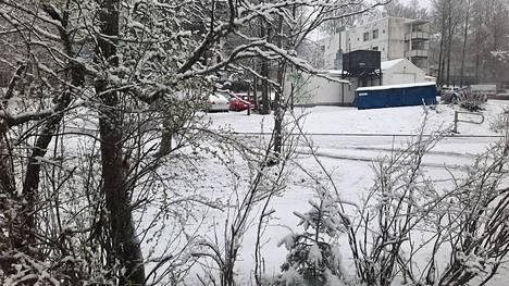 Torstai alkoi lumisissa merkeissä pääkaupunkiseudulla. Kuva on Helsingin Mellunmäestä.
