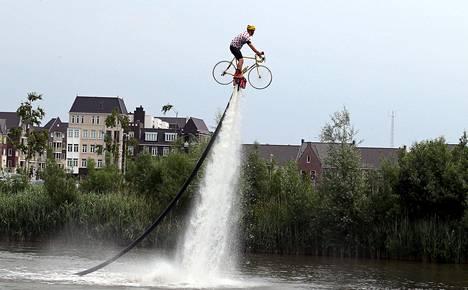 Mies harjoitteli flyboarding-vesisuihkutemppuja pyörällä ennen Tour de Francen alkua lauantaina.