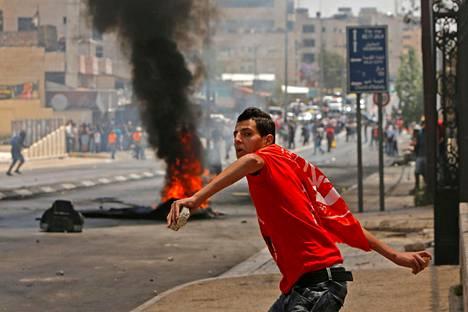 Palestiinalaismies heitti Israelin joukkoja kivillä Betlehemissä Länsirannalla tiistaina 15. toukokuuta. Tänä vuonna on kulunut 70 vuotta palestiinalaisten joukkokarkotuksesta Israelista.