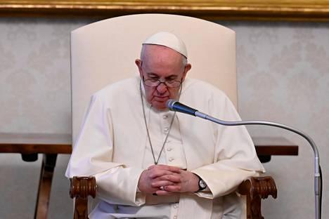 Paavi Franciscus on hyväksynyt samansukupuolisten siunausten kieltämisen.