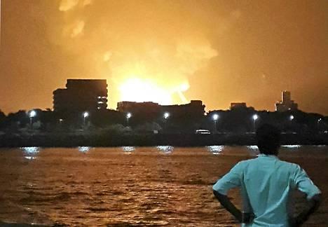 Intian laivaston sukellusvene Sindhurakshak räjähti ja syttyi tuleen myöhään tiistai-iltana.