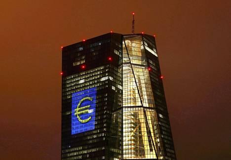Frankfurtissa Saksassa sijaitseva Euroopan keskuspankin pääkonttori on valaistu suurella eurosymbolilla. EKP on viime vuonna kolmesti käskenyt pankkeja lykkäämään osinkojen maksua.