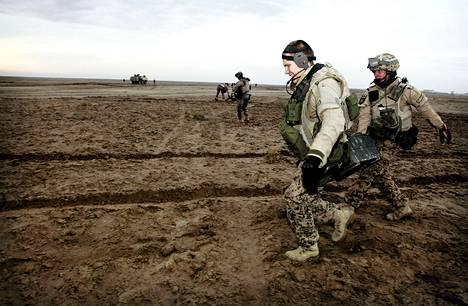 Suomalaiset sotilaat kuljettivat varusteita aavikolla Pohjois-Afganistanissa viime marraskuussa.