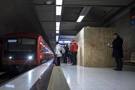 Rautatieaseman metron hissit ovat poissa käytöstä.