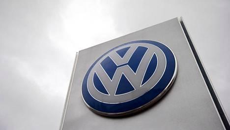 Volkswagenin logo yhtiön automyymälässä Lontoossa.
