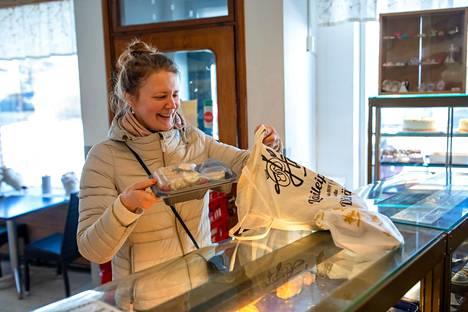 """Maria Perendi osti etätyöpäivän lounaat Kauklahdessa sijaitsevan leipomo Halmen kahvilasta. """"Nyt kun ollaan päivisin kotona, on ruoka mukava hakea kotiin läheltä"""", Perendi sanoo."""