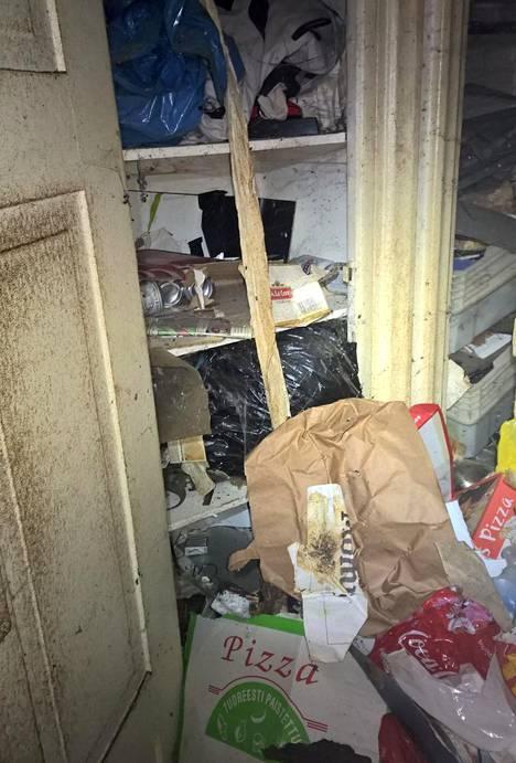 Asunnon pinnat olivat vaurioituneet jätteen vuoksi.