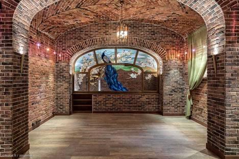 Katajanokan Rahapajankadulla myynnissä olevan asunnon pohjakerroksessa on holvimaisia tiloja.