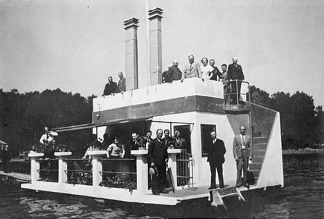 Vieraita veden päälle rakennetulla saunalautalla Laajalahdella vuonna 1934.