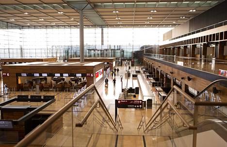 Jurakauden kalkkikivi lattiamateriaalina luo lämpimän värisävyn lentoaseman sisätiloihin.